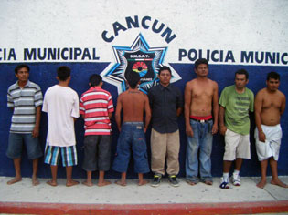 Muere por machetazo en una riña de vecinos en la colonia 'La Esperanza' de Cancún; hay 8 detenidos