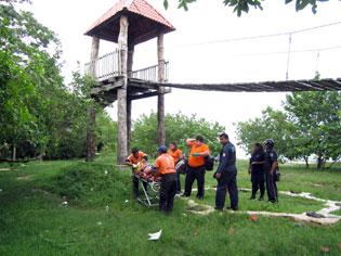 Cae turista de Belice de puente colgante en el Boulevar Bahía en Chetumal