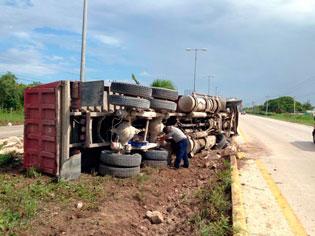 Se accidenta volquete en la carretera Cancún-Playa