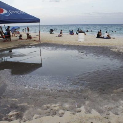 Enturbia imagen de Playa del Carmen desbordamiento del drenaje en playa de la Riviera Maya