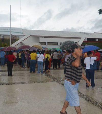 Bajo la lluvia, protestan maestros en Chetumal contra reforma educativa y recorte de compensaciones