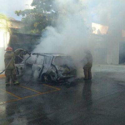 Se quema auto en plaza Village de Cancún