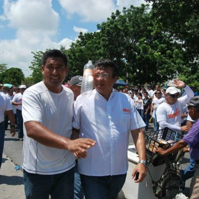 MAESTROS MUESTRAN 'MÚSCULO': Miles de profesores de todo QR marchan en Cancún y Chetumal para reclamar desvío de recursos de Borge; lanzan botellazos contra líder del SNTE