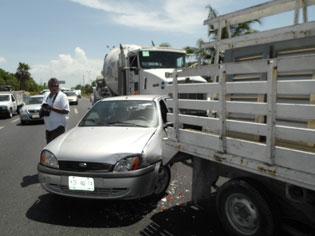 Provoca carambola en la carretera Playa-Cancún el conductor ebrio de una pipa