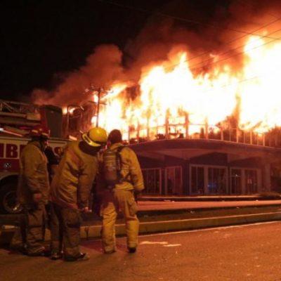 INCENDIO AGITA A CANCÚN: Consumen llamas 'Galerías El Triunfo' y afloran deficiencias e insuficiencias del cuerpo de bomberos