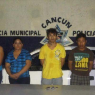 Detienen a 3 mujeres y 2 hombres por asalto a un transeúnte: el botín, 70 pesos