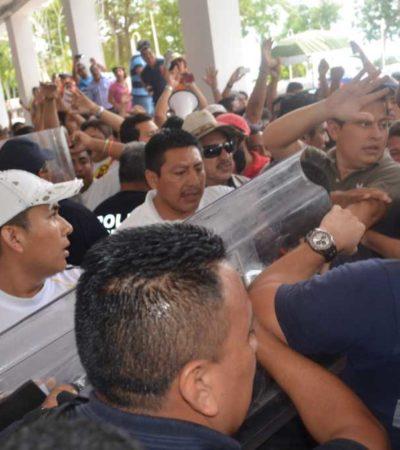 SE DESBORDA PROTESTA MAGISTERIAL: Maestros sitian Palacio de Gobierno en Chetumal y repelen a policías a empujones; rechazan acuerdo preliminar con el Gobierno y mantienen paro indefinido de clases en QR