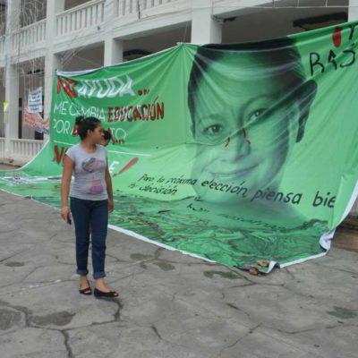 Viven maestros tensa calma en el plantón afuera del Palacio de Gobierno en Chetumal