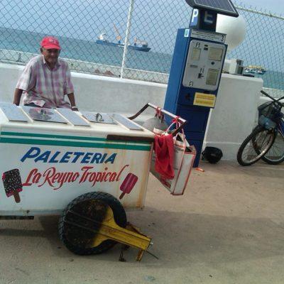 """""""¡QUÉ POCA MA..!"""" Indignación en Cozumel por un carrito de paletas inmovilizado por 'estacionarse' junto a un parquímetro"""