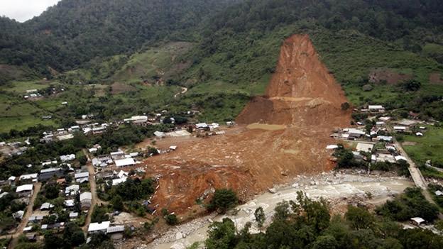 Buscan a 68 personas desaparecidas en el deslave de Atoyac