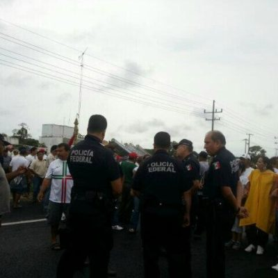 MAESTROS INTENSIFICAN PRESIÓN: Bloquean carretera federal Chetumal-Cancún durante una hora en rechazo a reformas y para reclamar diálogo