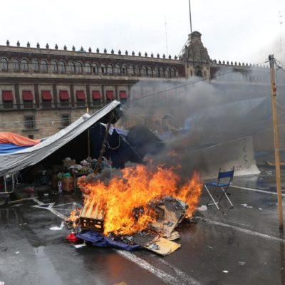 DESALOJO EN CIERNES EN EL ZÓCALO: Con helicópteros, tanquetas y cientos de antimotines, Policía Federal va contra maestros del CNTE en el DF
