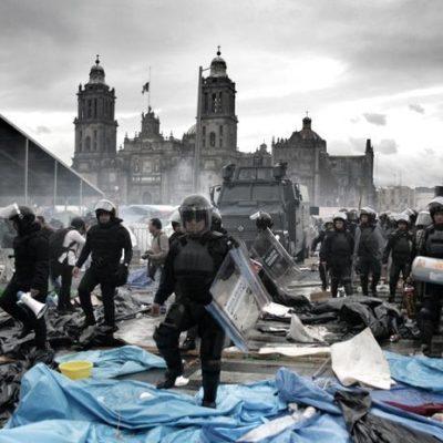 DESALOJA POLICÍA FEDERAL EL ZÓCALO: Toman antimotines la plaza y los maestros se repliegan; reportan enfrentamientos en calles aledañas