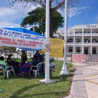 MAESTROS EN PIE DE LUCHA: Montan plantón permanente frente al Palacio de Gobierno en Chetumal y no descartan tomar instalaciones de la SEQ