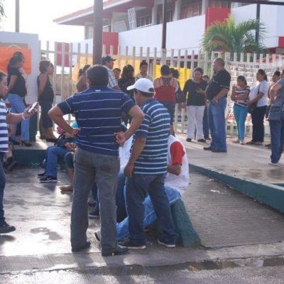 Toman padres escuelas en Chetumal en apoyo a maestros en paro para evitar reinicio de clases