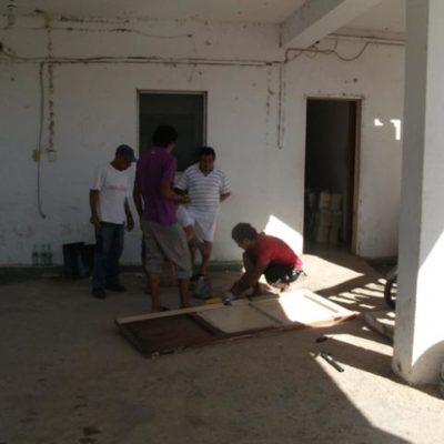 Inician nuevos funcionarios gobierno en Lázaro Cárdenas… derribando puerta de la Tesorería