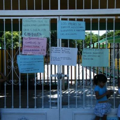 Para exigir destitución de directora, padres cierran jardín de niños en Playa