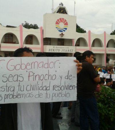 EXIGEN MAESTROS DIÁLOGO CON BORGE: Protestan en Cancún afuera del Palacio Municipal y, en Chetumal, llegan hasta la Casa de Gobierno para presionar el reinicio de negociaciones