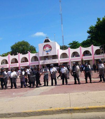 VIDEOS DE LA REPRESIÓN EN CANCÚN: Policías sacan a punta de macanazos a maestros del Palacio Municipal de Benito Juárez