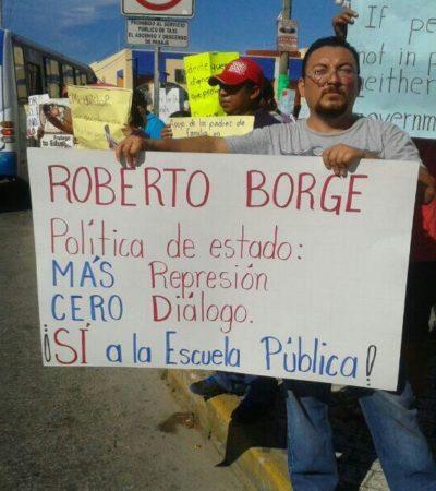 PROTESTAN MAESTROS EN PLAZAS: Sorprenden profesores con manifestaciones afuera de los principales centros comerciales de Cancún