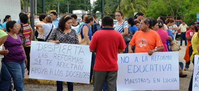 BLOQUEAN MAESTROS CARRETERAS: Con apoyo de padres, profesores en JMM y FCP suben de nivel sus protestas por incumplimientos de Borge