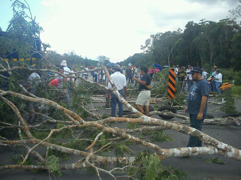 Bloquean durante 5 horas carretera en FCP por represión en Nicolás Bravo