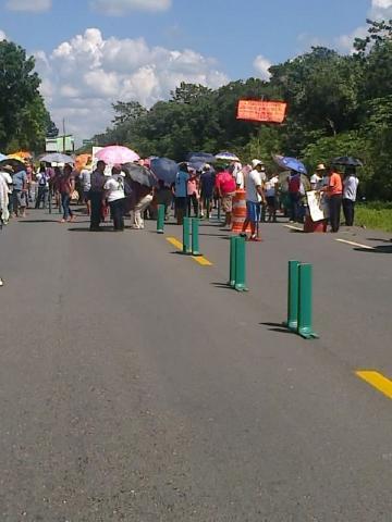 Continúan maestros con bloqueos carreteros en QR