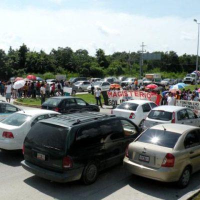 MANTIENEN PROTESTAS EN CARRETERAS: Cierran maestros vías en tres municipios de QR