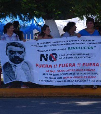Protestan maestros sobre el camellón de la Avenida Insurgentes en Chetumal