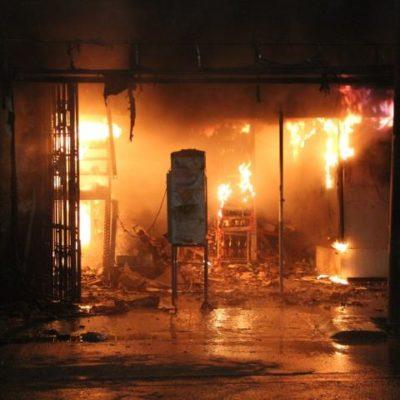 Consume incendio comercios en FCP
