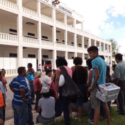 DESEMPLEADOS RETOMAN PROTESTAS: Se manifiestan ex trabajadores despedidos del Gobierno en feria del empleo en Chetumal