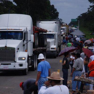 Pierden la calma traileros atascados en el bloqueo de maestros en FCP