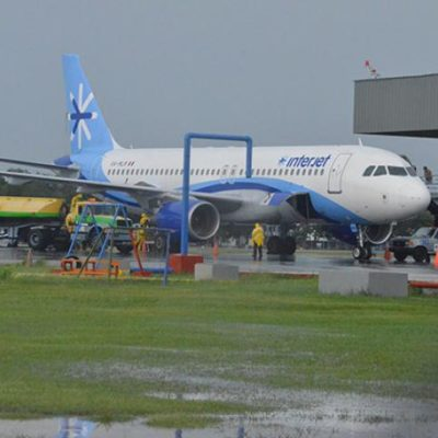 Con retrasos y cancelaciones por las lluvias, se reanudan los vuelos de Interjet en Chetumal