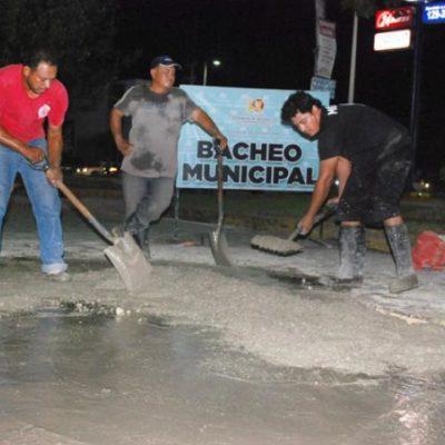 Con una mezcla de improvisación, concreto y fibra de vidrio, tapan los baches en Chetumal