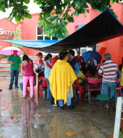 TOMAN EL SNTE Y ESTALLA VIOLENCIA: Protestan maestros contra dirigente sindical en Chetumal; quiebran cristales y agreden a fotógrafos de medios locales, reportan