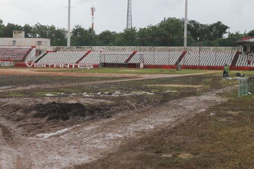 MÁS CARO EL CALDO QUE LAS ALBONDIGAS: Rentan estadio de beisbol para un baile en Chetumal y terreno de juego queda destruido