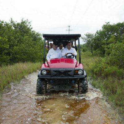 ¿CON EL AGUA HASTA EL CUELLO?: En mini carritos todo terreno, pasea Borge al titular de Semarnat por 'zonas inundadas' de Holbox