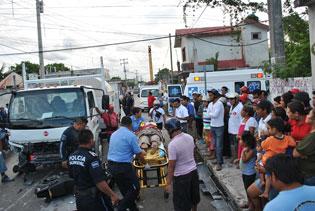 Aún grave, joven sobreviviente de accidente en moto en Cozumel