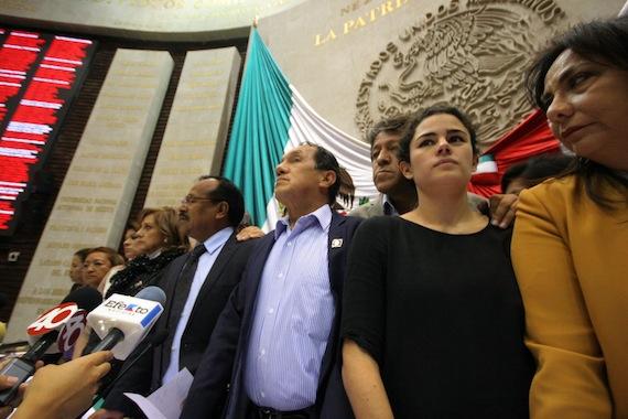 TOMAN TRIBUNA DEL CONGRESO: Revuelta de diputados del PRD, PT y MC para impedir discusión de la reforma energética en San Lázaro; participa diputada de QR en la protesta