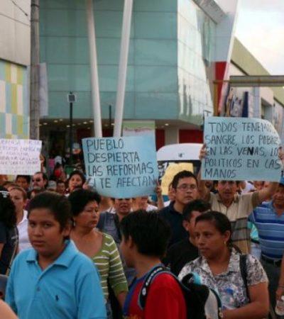 Protesta colectivo democrático en Cancún contra las reformas de Peña Nieto