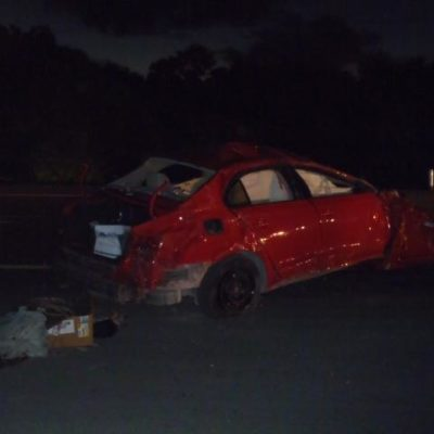 ACCIDENTE EN PUERTO MORELOS: Un muerto en la carretera al volcarse auto a la altura del jardín botánico