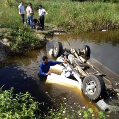 Muere hombre al ahogarse tras volcarse y caer en una aguada junto a la carretera