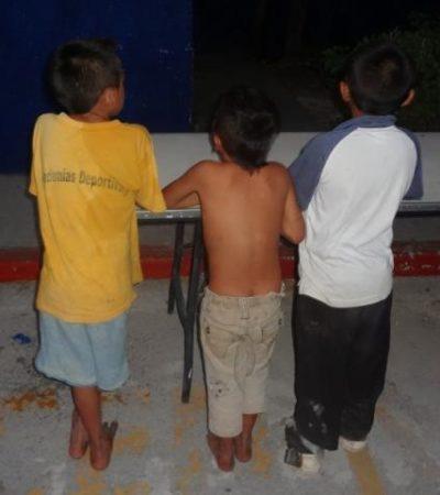 """Rescata la policía a 3 niños en Cancún encadenados por sus padres """"para que no se escapen a la calle"""""""