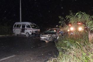 MUERTE EN EL ARCO VIAL: Choca auto contra Van del transporte público en Cancún con saldo de una persona fallecida