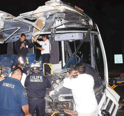 NUEVA TRAGEDIA EN CARRETERA: Chocan autobuses de personal en la Cancún-Playa con saldo de 3 muertos y 12 heridos graves