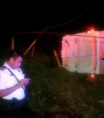 Se vuelca en Cancún autobús de la línea Mayab: 3 adultos y un niño heridos