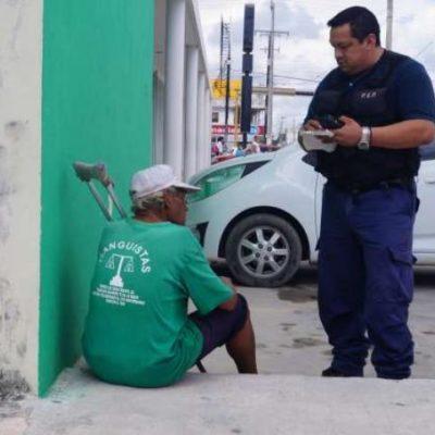 Anciano pedía limosna en la Portillo para comprar alcohol y drogas en Cancún; policías le compran comida