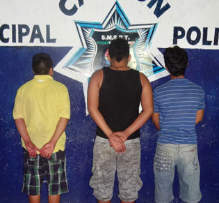 Asaltan 3 menores a un taxista en Cancún