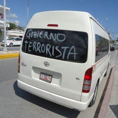 Intentan taxistas paralizar el servicio en Tulum y pintan carros con mensajes contra Borge