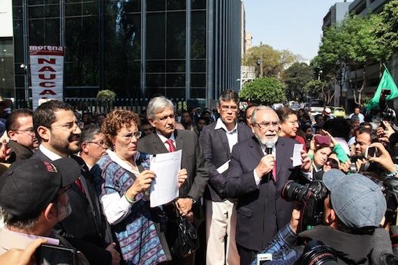 VA AMLO CONTRA EL PRESIDENTE: Presenta Obrador denuncia formal contra Peña Nieto por 'traición a la Patria'